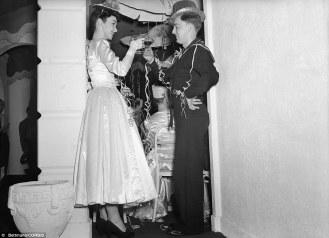 Due giovani si fanno le promesse di Capodanno nel 1943