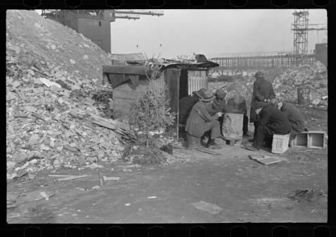 Disoccupati di fronte a una baracca con albero di Natale, East 12th Street - New York