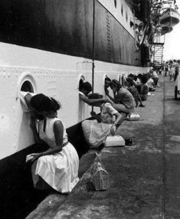 Mogli dicono addio ai loro mariti Marines, 1963