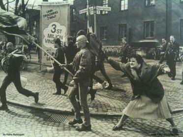 Donna colpisce uno skinhead con la sua borsetta. Secondo testimonianze ella era sopravvissuta a un campo di concentramento nella Seconda Guerra Mondiale. Svezia, 1985