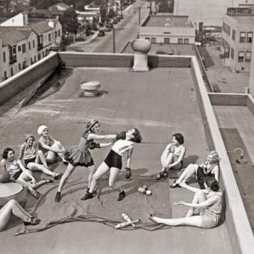 Donne boxano su un tetto, 1930 circa