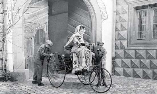 Bertha Benz guida la Benz Patent-Motorwagen, c. 1886