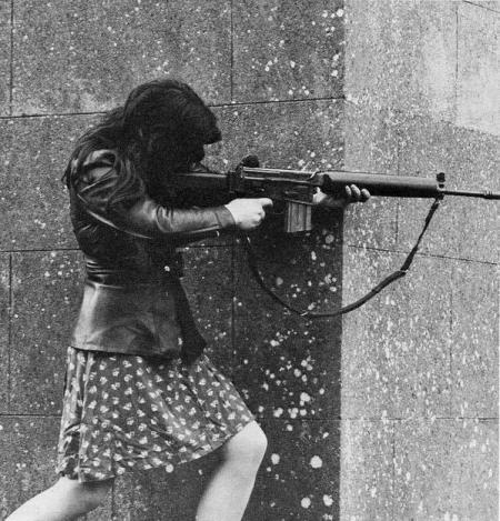 Donna combattente dell'IRA nel 1970