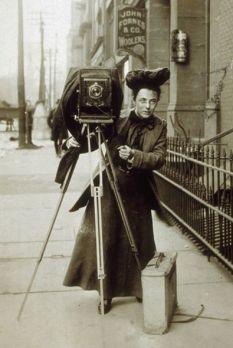 la fotoreporter Jessie Tarbox sulla strada con la sua macchina fotografica, 1900