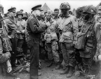 Il generale Eisenhower parla ai Paracadutisti prima del D-Day, 1944