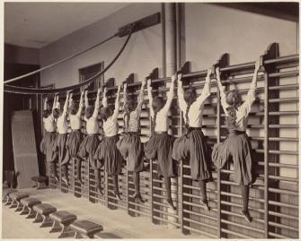 Ragazze si esercitano sulle barre contro il muro, Charlestown High School, Boston, 1899