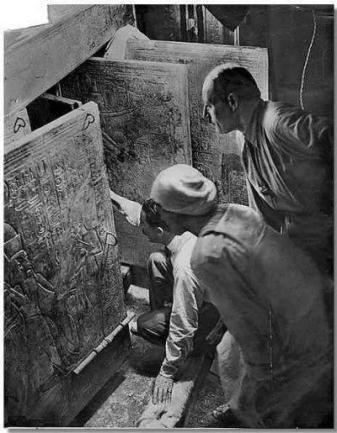 Howard Carter apre la tomba di Tutankhamon 1924