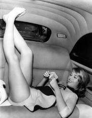 Jane Fonda allunga le gambe in una limousine mentre gioca a carte, 1958