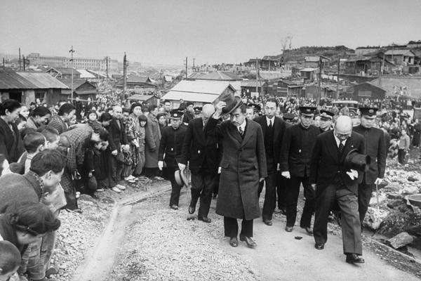 L'imperatore giapponese Hirohito a Yokohama durante la sua prima visita per vedere le condizioni di vita nel paese dopo la guerra del 1946