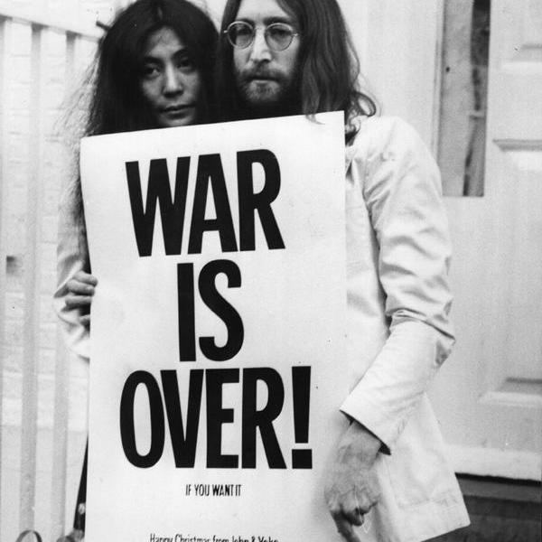 John Lennon e Yoko Ono manifestano contro la guerra sui gradini del palazzo di Apple a Londra, 1969 (Foto di Frank Barratt: Getty Images)
