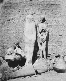 Uomo vende mummie in Egitto, 1875