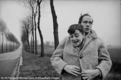 Mel Ferrer mette il suo cappotto intorno a sua moglie, l'attrice Audrey Hepburn, in una strada di campagna fuori Parigi 1956