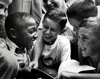 Mesi dopo la decisione della Brown, Charles Thompson è accolto dai suoi nuovi compagni di classe, 1954