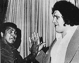 Muhammad Ali e Andre the Giant confrontano le dimensioni delle loro mani, 1976