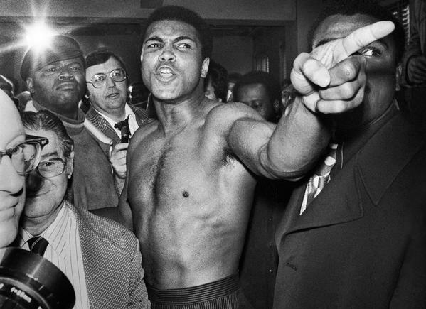Muhammad Ali durante il processo di pesatura prima del suo secondo incontro di boxe con Joe Frazier, 23 gennaio 1974