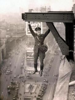 Un poliziotto esegue una bravata, New York, 1920