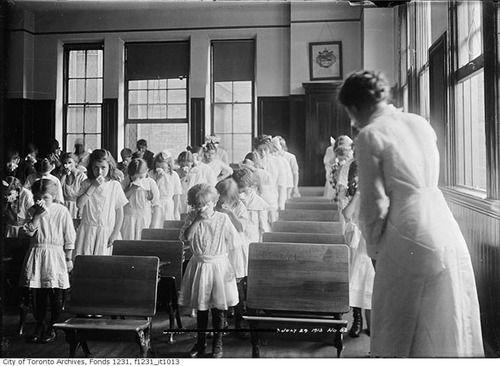 Gli studenti partecipano a una lezione di soffiaggio di naso, Toronto, 1913