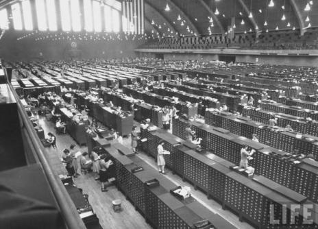 La sala file principale al quartier generale dell'FBI di Washington DC, 1944 (via LIFE)