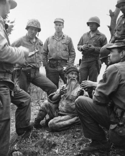 L'interrogatorio di un civile nordcoreano che ha attraversato due linee NK e NATO per lsalvarsi, ca.1951