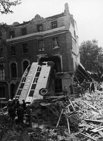 Il relitto di un autobus che è stato fatto scontrare contro una casa a Londra durante il Blitz, 9 set 1940