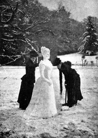 """Due signore che fanno un elegante """"Snow lady"""" nel 1891"""