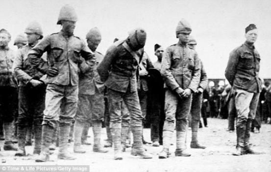 Winston Churchill (a destra) con altri soldati britannici catturati durante la guerra anglo-boera