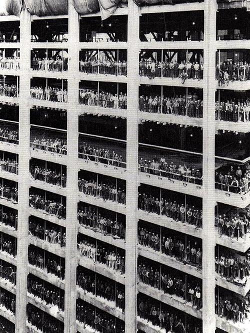 I lavoratori posano durante la costruzione del palazzo di 60 piani sede della Chase Manhattan Bank di New York 1959