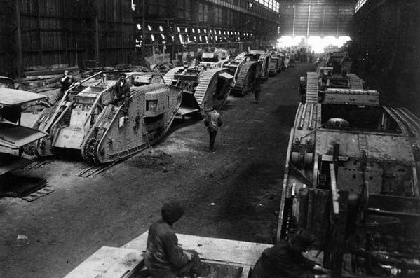 Prima guerra mondiale: File di carri armati britannici catturati nei laboratori tedeschi a Charleroi, dicembre 1917