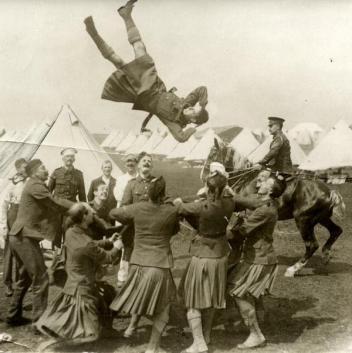 Prima guerra mondiale, le truppe scozzesi si divertono fuori dalle trincee