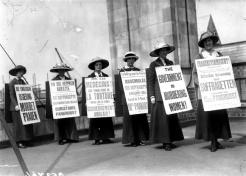 1914, Un gruppo di donne protesta contro il governo inglese per le discriminazioni nei confronti del genere femminile. Foto GettyImages