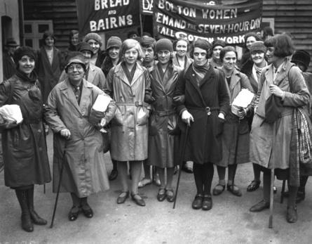 1939 Un gruppo di operaie inglesi protestano a Londra per un miglioramento delle condizioni di lavoro. Foto GettyImages