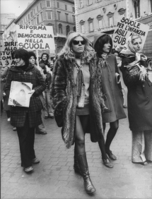 1975 Donne italiane protestano a Roma per i propri diritti e per l'istruzione infantile. Foto GettyImages