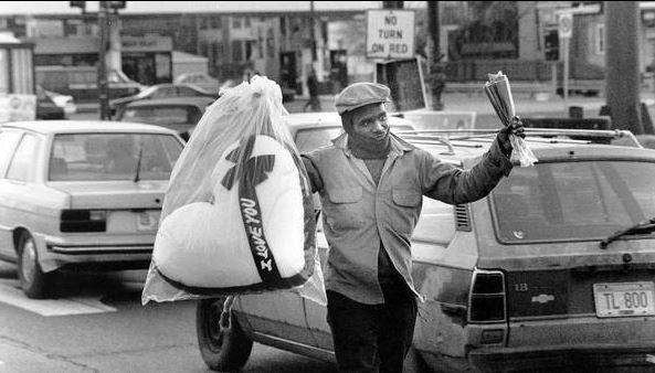 Un venditore ambulante di strada offre cuscini a forma di cuore a Garfield Boulevard e LaSalle Street il giorno prima di San Valentino