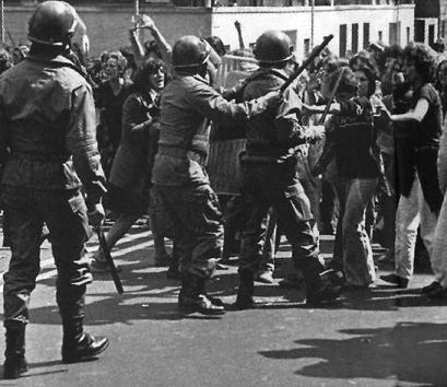 Carica di polizia contro un corteo femminista