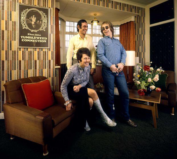 Elton John ride con la sua mamma Sheila Fairebrother e suo marito Fred nel loro appartamento nella periferia di Londra nel 1970.