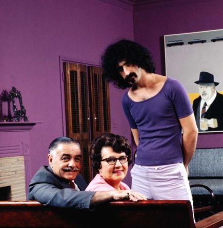 Frank Zappa nella sua casa di Los Angeles con suo padre, Francesco, sua madre, Rosemarie, e il suo gatto nel 1970