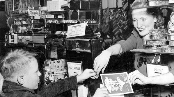 1942, bambino compra una cartolina di San Valentino