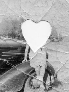 Sembra che qualcuno abbia tagliato l'immagine dell'amata da una foto per metterla in un medaglione, ma non è riuscito a buttar via la foto