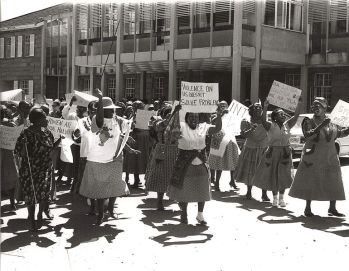 Donne del Lesotho protestano contro la violenza sulle donne presso l'Università Nazionale di Lesotho in occasione della Giornata Internazionale della donna