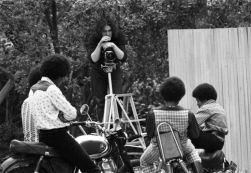 Il fotografo di LIFE John Olson sul set con i Jackson 5 nel loro cortile nel 1970