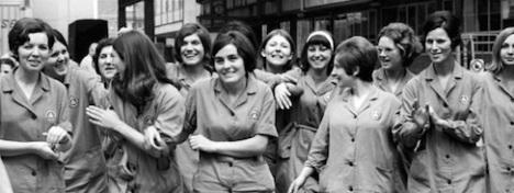 Nel 1909 a New York oltre 20.000 camiciaie scioperarono per 98 giorni rivendicando un trattamento più equo in rapporto ai salari dei colleghi uomini