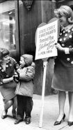 Pat Dempsey dà una spilla di San Valentino a un bambino