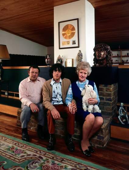 Il musicista folk scozzese Donovan e i suoi genitori, Donald e Winifred Leitch, in Inghilterra nel 1970