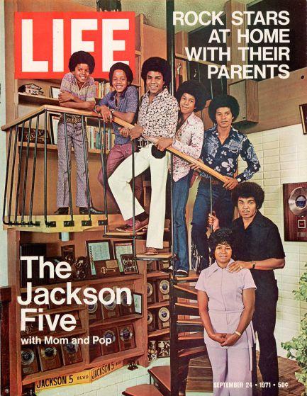 I Jackson 5 posano coi genitori a Encino, in California., Nel 1970