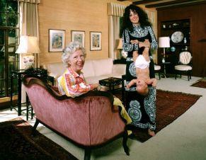 Grace Slick di The Jefferson Airplane posa con la madre, Virginia Ala, nel salotto della casa in cui è cresciuta a Palo Alto, in California, nel 1970