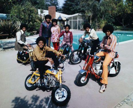 Coi loro genitori in piedi da sinistra, Michael a 13 anni e i suoi fratelli Jackie, Marlon, Tito e Jermaine a cavallo delle loro moto in piscina, 1970