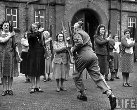 """Un sergente britannico forma membri dell'""""esercito delle mamme"""" Women's Home Defence Corps durante la Battaglia d'Inghilterra. [1940]"""