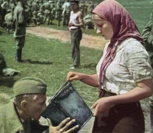 Una donna ucraina dà da bere a un soldato sovietico prigioniero. [1941]