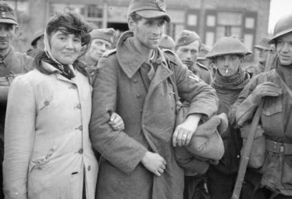 Una donna olandese rifiuta di lasciare il marito, un soldato tedesco, dopo che i soldati alleati lo catturano. [1944]