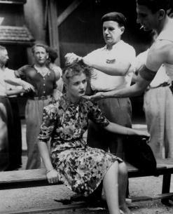 Una donna francese si fa rasare la testa per potersi accompagnare con soldati tedeschi